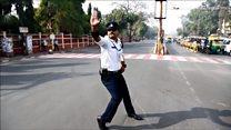 用舞步来指挥交通的印度警察