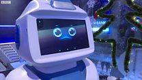 Robot phục vụ bàn đầu tiên tại Hà Nội