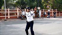 """Танцующий полицейский регулирует движение """"лунной походкой"""""""