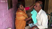 மஹாராஷ்டிராவில் ஆண்களுக்கு முடிதிருத்தும் பெண்