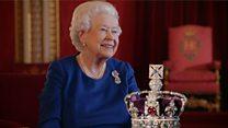 La reina Isabel II cuenta cómo se debe llevar la corona