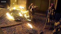 Le pompier attrape un enfant jeté d'un immeuble en feu