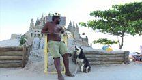 O homem que vive dentro de um castelo de areia em praia do Rio
