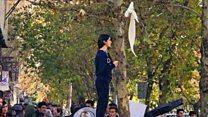 ईरान में हिजाब हटाती औरतें