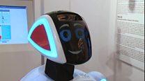 روبوت يرافق الزوار خلال جولتهم في متحف التاريخ المعاصر في موسكو