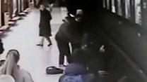 Юнак врятував дитину, яка впала на рейки у метро
