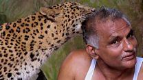 El hombre que comparte su casa con leopardos y hienas