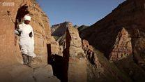 Il grimpe des centaines de mètres sur une falaise abrupte pour prier