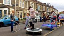 Aprende inglés: ¿Por qué esta calle se cierra semanalmente al tráfico para que jueguen niños y niñas?
