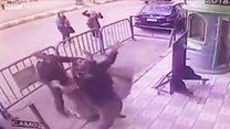 O momento em que policial pega criança que caiu do 3º andar de prédio