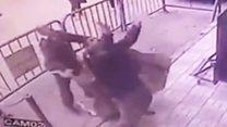 El momento en que un policía consigue atrapar al vuelo a un niño que cayó desde un tercer piso