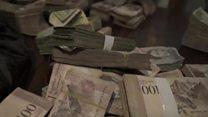 Pilha de notas usada para pagar um café comprava um apartamento na Venezuela há 15 anos