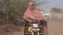 बाइक से फर्राटा भरने वाली पाकिस्तानी लड़की