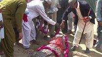 पाकिस्तानात हे लोक मगरीला का हार घालत आहेत?