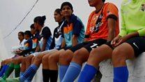 گاؤں کی لڑکیاں فٹبال کی دیوانی