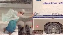 """Диснеевская """"принцесса"""" вытолкала фургон из снега"""