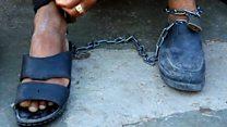 Cómo es vivir encadenado a tu enemigo: el drama de los pacientes psiquiátricos en Afganistán