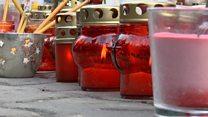 Звон колокольчиков, белые шары и ленты: как прощаются с погибшими в пожаре
