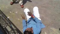 भारत बंद: सड़क पर गिराकर पुलिस ने लाठियों से पीटा