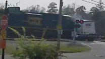 بالفيديو: لحظة اصطدام قطار بشاحنة عالقة  في ولاية جورجيا
