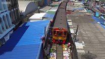 थायलंड : रेल्वे ट्रॅकच्या इंचभर दूरवर असलेली बाजारपेठ