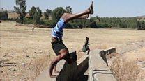 Un mundo patas arriba: el etíope que camina más con las manos que con los pies