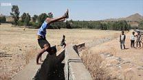 Ефіопець ходить на руках шість годин на день