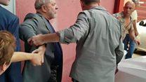 O momento em que Lula tenta deixar sindicato, mas é impedido por apoiadores