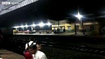 Trem com mil pessoas corre desgovernado por 15 km na Índia