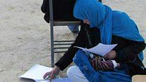 La mujer que logró acceder a la universidad haciendo su examen mientras amamantaba a su hijo
