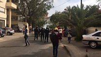 La police lance des grenades lacrymogènes aux manifestants à l'Assemblée nationale.