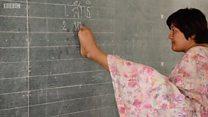 Mulher barrada em escola por não ter braços desafia obstáculos e se torna professora