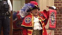 Яскраво, але неофіційно: міський оповісник оголосив про народження принца