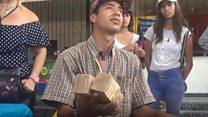 Мужчина в Венесуэле шьет сумки из настоящих денег