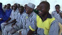 Saat sipir dan narapidana tertawa bersama di penjara