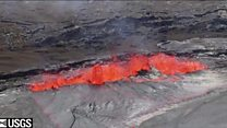 الحمم البركانية بركانية  تتدفق من بحيرة في هاواي