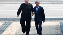 El momento del histórico saludo entre los líderes de Corea del Sur y Corea del Norte en la frontera entre ambos países