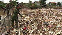 Inde: une rivière transformée en un dépotoir géant d'ordures