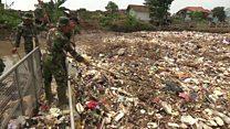 Esta montanha sem fim de lixo plástico, acredite, encobre um rio