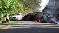 El momento en que la lava del volcán Kilauea engulle un auto en Hawái