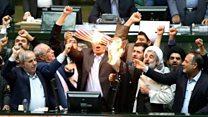 مجموعة من السياسيين الإيرانيين تحرق علمًا أمريكيًا في برلمان