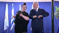 نتنياهو يرقص رقصة الدجاجة