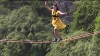 Високі підбори й линва над прірвою: змагання у Китаї
