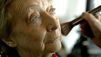 El devoto esposo que aprendió a maquillar a su esposa a los 84 años e inspiró al maquillador de Kim Kardashian