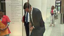 Premiê holandês faz sucesso ao limpar o chão após derrubar café no Parlamento