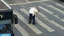 Полицајац пренео старијег суграђанина преко улице
