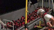 El momento en que el Aquarius rescata a decenas de personas del Mediterráneo