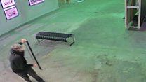 بالفيديو: كيف سرق لص لوحة شهيرة لبانكسي في ثوان