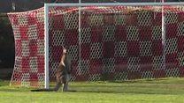 Canguru invade partida de futebol na Austrália