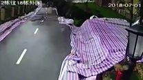 Vídeo mostra momento em que estrada desaba na China